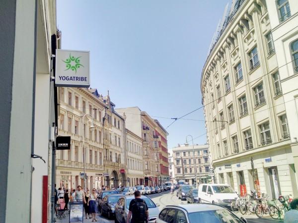 Eingang zum yogatribe in der  Neuen Schönhauser Straße